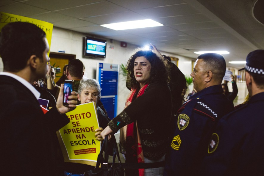 Luiza_manifestando_contra_assessores_do_Ricardo_Nunes[1]